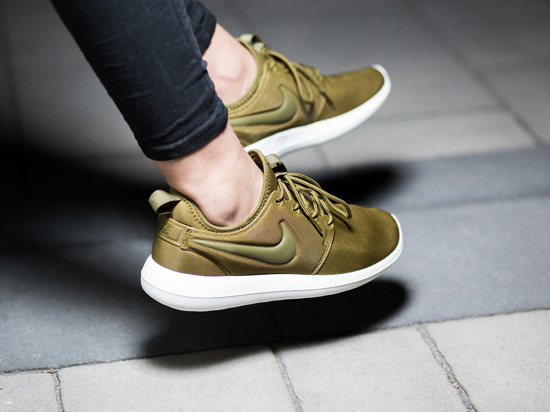 957ff4341cb07 ... czech nike roshe two iguana on foot video at exclucity llobet de  fortuny c34c9 ff48e